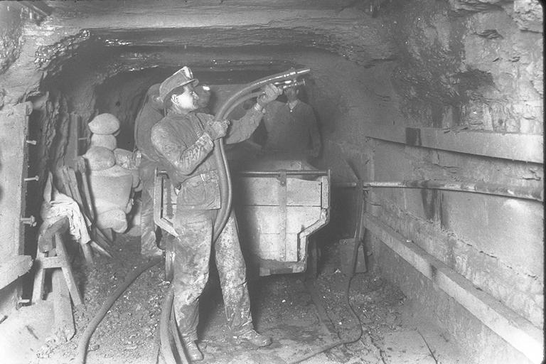 Miners_dust_the_mine_walls