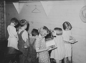Schoolchildren_reading_1938