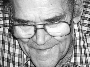 565073_elderly_man_wearing_glasses