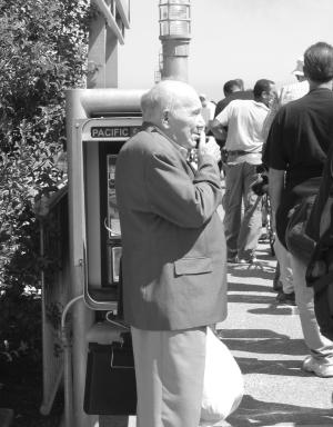 米兜彩票电脑版Elderly-man-on-phone-1534253